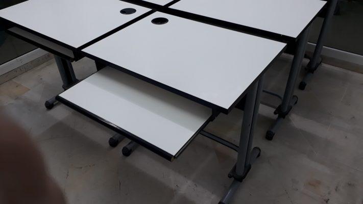 Table d'enseignement et comptoirs de réception