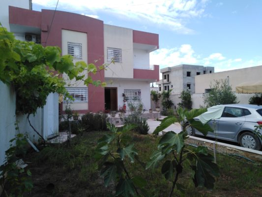 A vendre villa haut standing avec étage 2 apparts S+2 et un studio